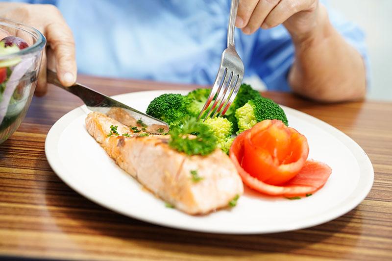 เมนูอาหารลดไขมันพอกตับ อาหารที่เหมาะกับคนที่เป็นไขมันเกาะตับ ปลาแซลมอน แซลมอนอบผักรวม แซลมอนอบสมุนไพร แซลมอนอบซอสอะโวคาโด